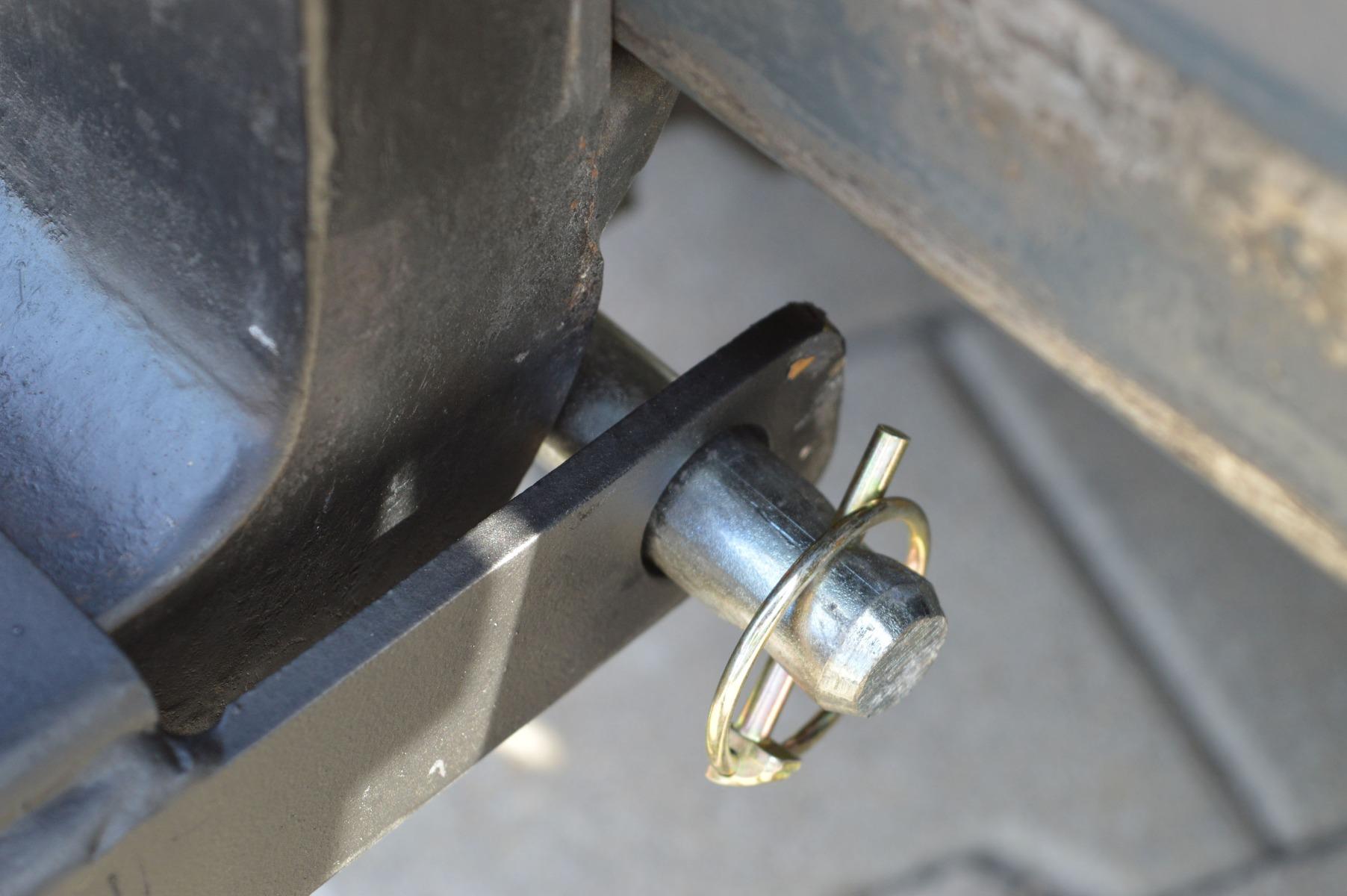 A villahosszabbítókat a targonca eredeti villáira húzzuk fel, majd csappal rögzítjük lecsúszás ellen