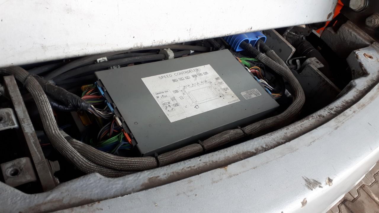 Japán Hitachi gyártmányú vezérlő van a Nissan 1N1 targoncában, az európai gépekben nincs ilyen. Az elektronika az ellensúly felett van beszerelve.