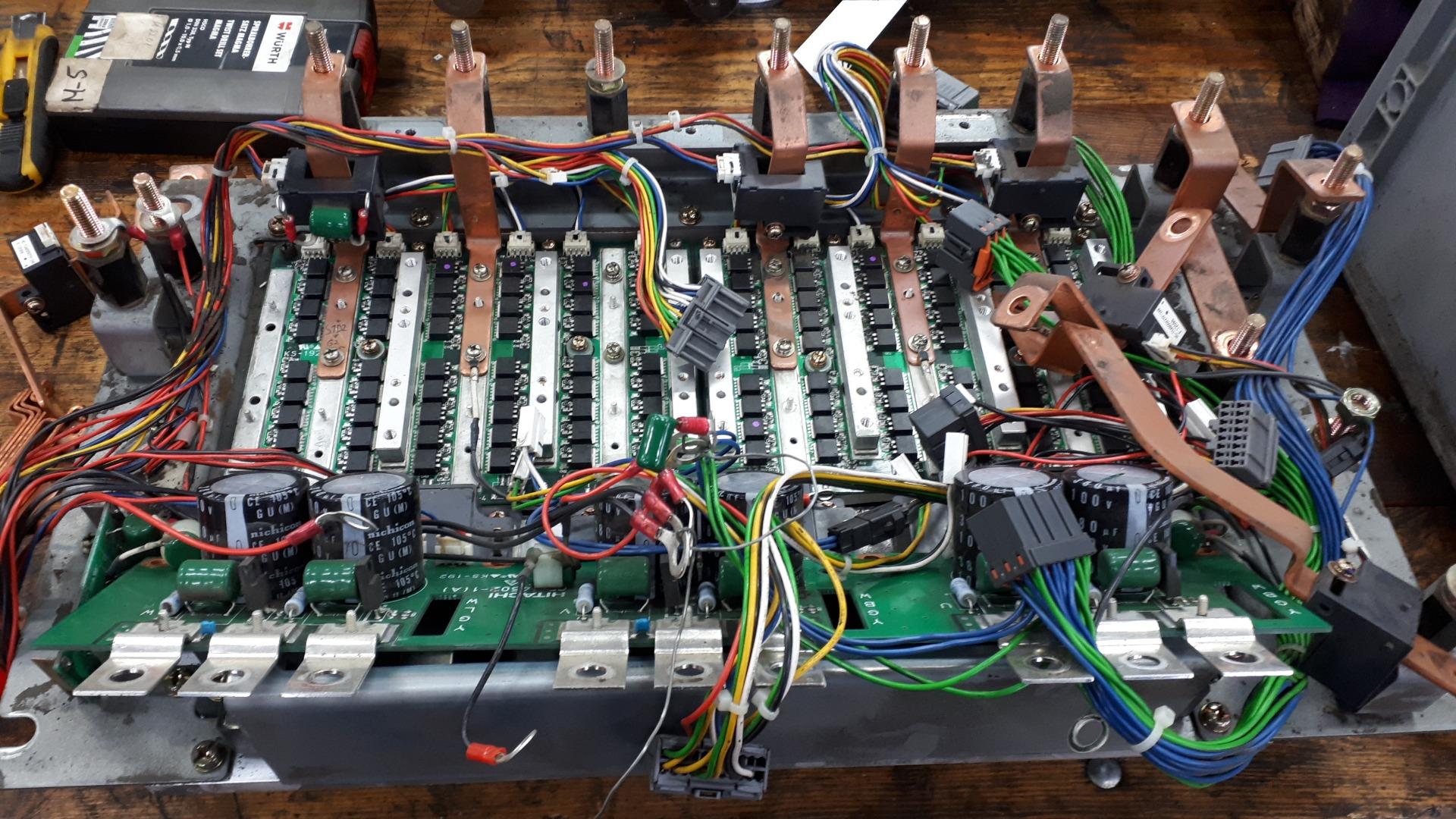 Egymástól eltolva több NYÁK-ból áll az elektronika, aminek a legalján vannak a végfok-tranzisztorok.