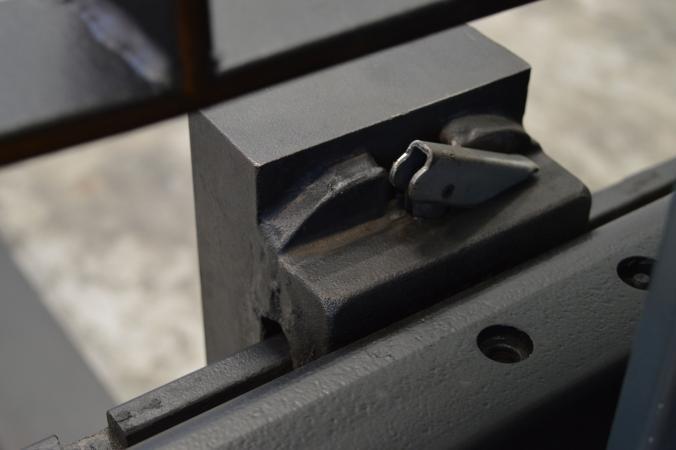 A villára hegesztett felső köröm illeszkedik a villakocsi sínjébe. Az oldalracsúszás ellen csapszeg biztosít