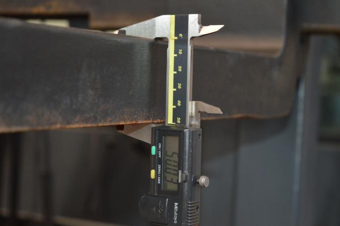 A villa függőleges és vízszintes ága egy anyagból van, amit a villa tövében meghajlítanak. A szélesség vagy vastagság méréséhez ezért mérhetjük a vízszintes vagy függőleges ágat is. A képen a villa vastagsága